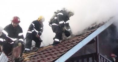 pompieri foc acoperis