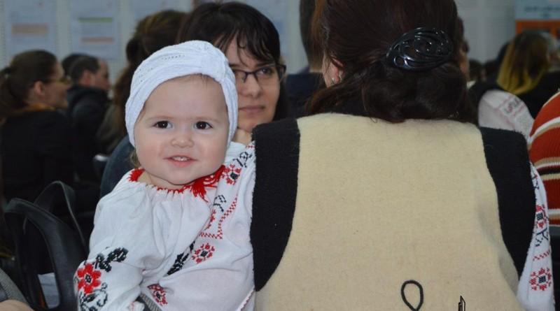fetita costum popular