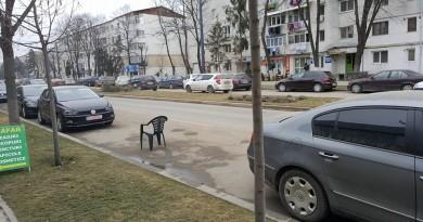 La Vaslui, locul de parcare se ocupă cu….scaunul