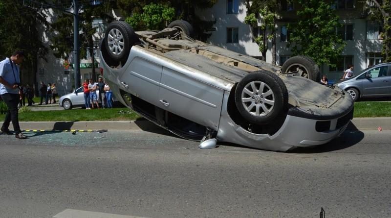 accident-crucea-garii-masina-rasturnata