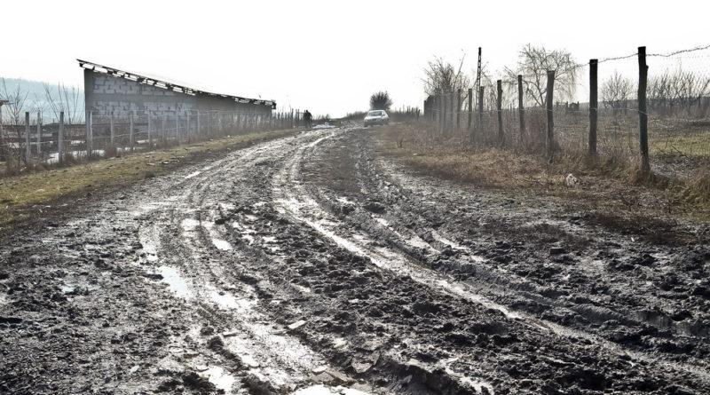 Autospecială SMURD rămasă împotmolită la Delești; pacientul a decedat