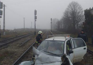 [FOTO] Matiz lovit de tren la Rebricea