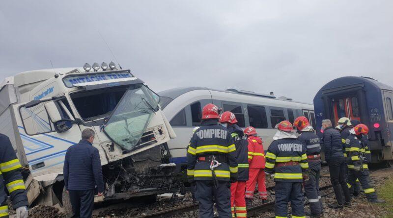 FOTO TIR lovit de tren la Gara-Roșiești