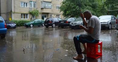 Fotografiiile zilei: La pescuit, pe străzile Vasluiului
