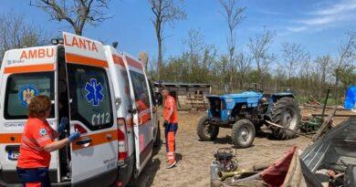 Accident grav la Tupilați! Doi bărbați au fost prinși sub un tractor pe care îl reparau